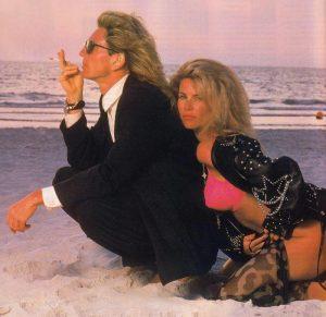 David Coverdale y Tawny Kitaen hicieron locuras por su amor. Como por ejemplo vestirse de gala para ir a echar un cigarrillo a la playa.