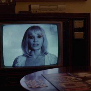 "Barbara Crampton nos incita a jugar a un juego diabólico en ""Beyond the gates""."
