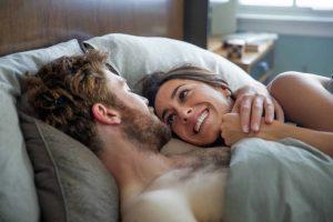 """Tom Hughes y Oona Chaplin viven una hermosa y trágica historia de amor en """"Proyecto Lázaro""""."""